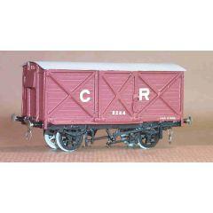 Witmetalen bouwpakket -  gesloten goederenwagon met frame aan buitenzijde van de Caledonain Railway, LMS en BR